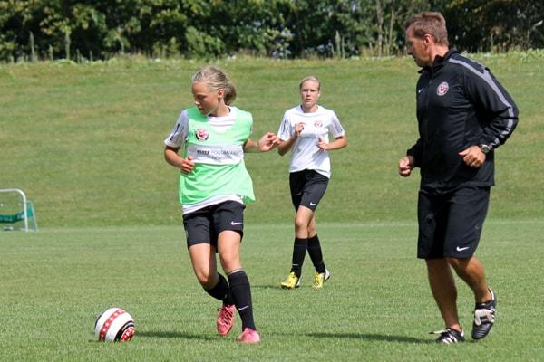 Bobby Johnston roser de danske pigers tekniske kunnen.