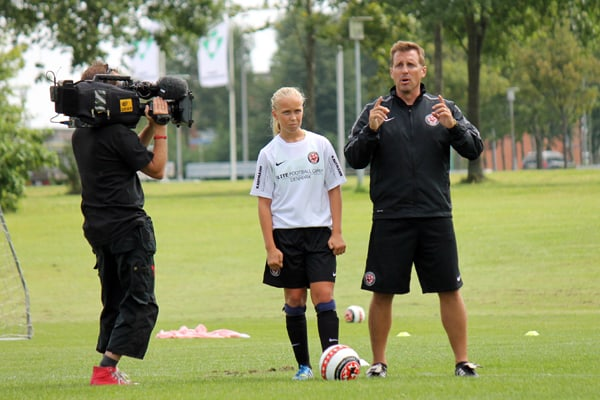 Bobby Johnston giver gode råd uner Elite Football Camp. Her med Olivia Runge.