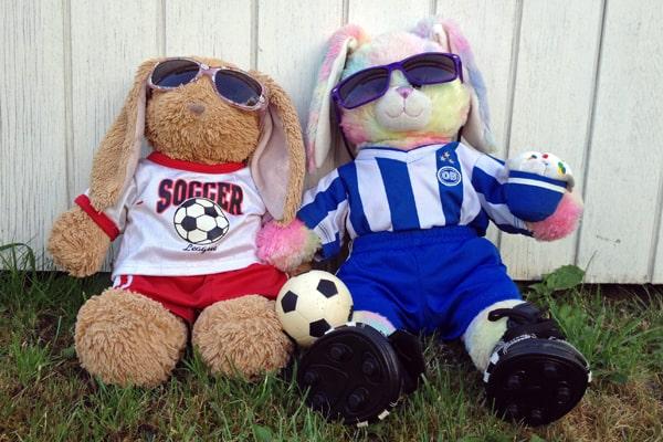 Fodboldbamserne Selma og Ella ønsker alle en god sommerferie. Venligst udlånt af Alma Trolle