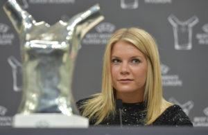 Ada Hegerberg på pressekonferencen torsdag aften i Monaco. Foto:  Harold Cunningham,  UEFA/Getty Images