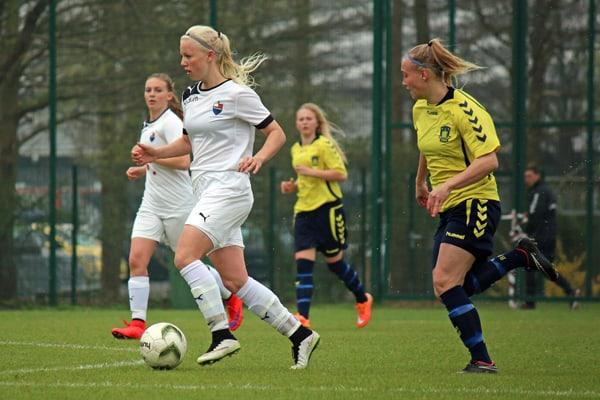 Sofie Svava (med bolden) sikrede sejren over Brøndby. Foto: Fodboldforpiger.dk