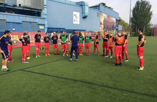 Ungdomstrænere fra Barcelona stod for træningen. Foto: FC Barcelona