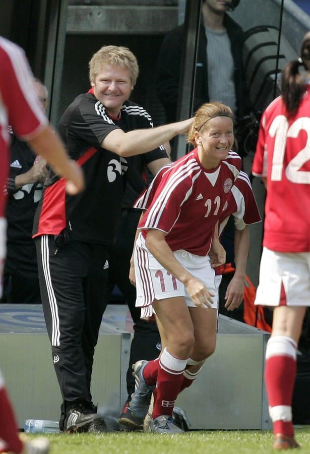 Peter Bonde var i halvandet år kvindelandlandstræner. Her ses han med Merete Pedersen i en landskamp. Foto udlånt af Skolerne i Oure