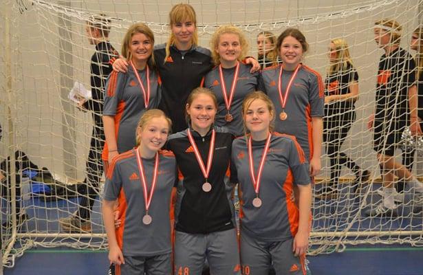 """Bronzevindere i """"Inde DM Jylland Øst"""" i B-rækken – Holdets spillere bagerst fra højre: Laura (Firehøje IF), Sidse Refslund (Højer IF), Ida Brodersen (Solrød IF) og Mille Rønholt (Middelfart G & BK) og forrest fra højre Kirstine Maagaard (Aarup BK), Marie Lillelund (Herluftsholm) og Fie Clement (Middelfart G & BK)."""